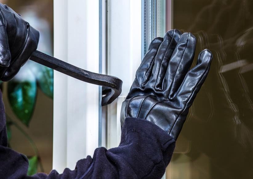 Ein unbekannter Einbrecher hebelt eine Terrassentr auf